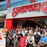 students in front of Swensens